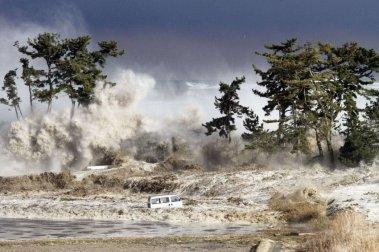 Фотография волн цунами в Минамисоме, Япония