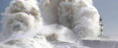 Волна высотой 23 метра поставила рекорд в Великобритании